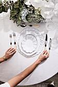 Elegantes Gedeck und Blumendekoration auf Tisch