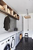 Waschraum mit Einbauten, darüber Holzregal