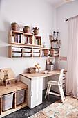 Schreibtisch mit Stuhl und Holzregale im Kinderzimmer