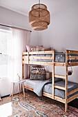 Stockbett aus hellem Holz im Kinderzimmer