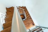 Holztreppe in einem Einfamilienhaus, Hamburg, Deutschland