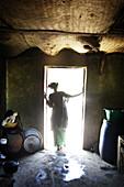 Frau steht in der Küchentür, Casamance, Republik Senegal