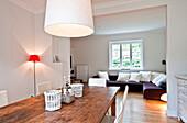 Blick vom Esstisch zum Wohnzimmer, Haus eingerichtet im Country-Stil, Hamburg, Deutschland