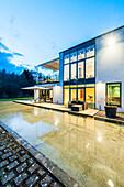 Villa im Bauhausstil in der Abenddämmerung, Sauerland, Deutschland