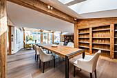 Esszimmer in einer Penthousewohnung im modernen Alpenlook, Kitzbühel, Tirol, Österreich