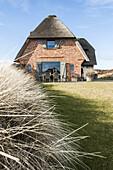 Modern eingerichtetes Reeddachhaus auf Sylt, Schleswig-Holstein, Norddeutschland, Deutschland