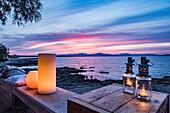 Sonnenuntergang über der Bucht von Alcudia, Uferpromenade Colonia de Sant Pere, Mallorca, Balearen, Spanien