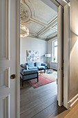 Wohnzimmer in einer modern dekorierten und eingerichteten Jugendstilwohnung in Hamburg, Norddeutschland, Europa