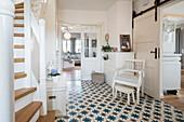 Eingangsbereich eines modernen nordischen Einfamilienhaus mit weiß und grau gewählten Möbeln und antiken Fliesenfußboden, Korbach, Hessen, Deutschland, Europa