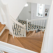 Treppenhaus im Einfamilienhaus mit Holzstufen und weißem Geländer, Korbach, Hessen, Deutschland, Europa
