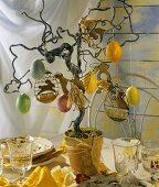 Osterbaum (Korkenzieherweide im Blumentopf mit Ostereiern)