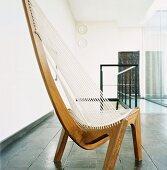 Moderne Handwerkskunst - hochlehniger Holzstuhl mit Schnurbespannung