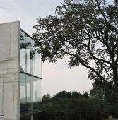 Zeitgenössisches Wohnhaus mit Fernblick - Glaskubus mit Rückwand aus Beton
