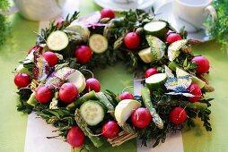 Osterkranz aus Buchsbaum und Gemüse