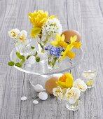 Verschiedene Frühlingsblumen und Eier als Tischdeko