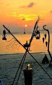 Beleuchtung für ein Candlelight-Dinner am Strand bei Sonnenuntergang