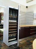 Offene Kühlschranktür und Blick auf gekühlte Weinflaschen