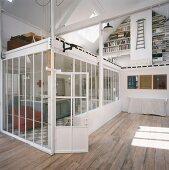 Die Deckenfläche des Glaseinbaus schafft im Loft eine zweite Wohnebene