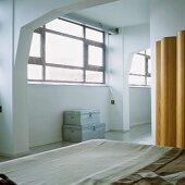 Der Schlafbereich eines Lofts mit Rippendecke
