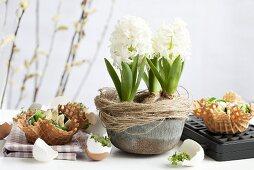 Hyazinthen und Waffelschalen mit Spinatnest, Ei und Sesam