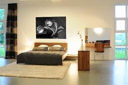 Moderner grosszügiger Schlafraum mit Doppelbett, Wandbild & modernem Frisiertisch
