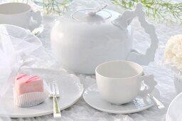 Rosa Desserttörtchen auf weissem Geschirr mit festlicher Deko