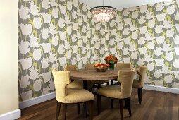Esszimmer mit Blumenmuster-Wandtapete, ovalem Holztisch, Polsterstühlen & Kronleuchter