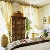 Antiker Vitrinenschrank im Schlafzimmer