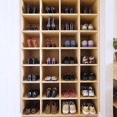 In Wandnische eingebautes Schuhregal