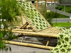 Rattan deck lounger with hand towels
