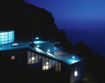 Neubauhaus am Hang mit Meerblick in Abendstimmung, Haus Izu von Atelier Bow-Wow, Tokio, Japan