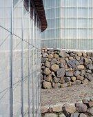 Ecke eines Neubauhauses mit Natursteinmauer