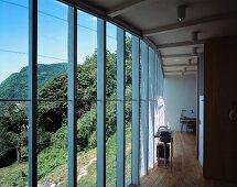 Offenes Wohnen im Neubauhaus mit Glasfassade und Panoramablick