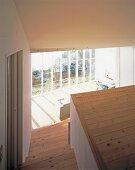 Treppenhaus mit Blick in Wohnraum und Glasfront