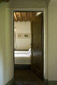 Blick durch eine geöffnete Tür in das Schlafzimmer