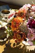 Sommerlicher Blumenstrauss auf einem Holztisch