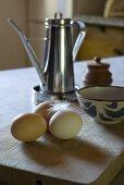 Frische Eier mit einer Feder auf einem Holztisch