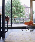Wohnzimmer in modernem Stadthaus mit Schiebetür & Blick in den Garten
