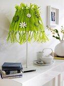 Lampe mit selbstgemachtem Lampenschirm aus grünem Bast & Holzblüten