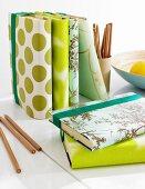 Selbstgemachte Schutzumschläge für Bücher aus Stoff- & Tapetenresten