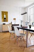 Modernes Esszimmer mit Tisch und Stühlen