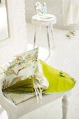 Geöffnete grüne Strumpftasche aus Seide mit verschiedenen Fächern