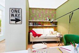 Wohnzimmerecke mit gemusterter Tapete, Sofa & Wandregal