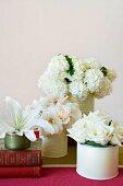 weiße Hortensien, Rosen und Lilie in Blechdosen