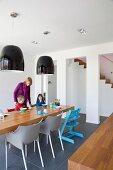 Minimalistisches Esszimmer mit Holztisch und schwarze Hängelampen