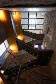 Blick auf mehrstöckigem Treppenaufgang in mediterranem Wohnhaus