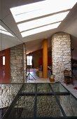 Offener Dachraum mit Blick durch Glasdecke in Vorraum eines mediterranen Hauses