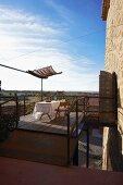 Luftige Terrasse mit gedecktem Tisch unter blauem Himmel