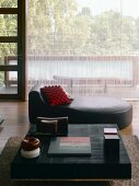 Living room with coffee table and chaise longue