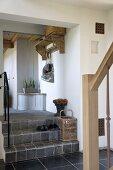 Vorraum mit gefliesten Stufen in renoviertem Landhaus